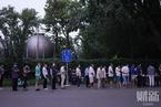 直击朝阳公园核酸检测点 夜间仍排起长队