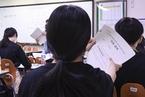 韩国高考模拟进行 高中生戴口罩参加