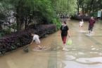 武汉连降暴雨 市民路上捕鱼