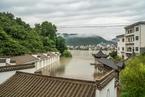 安徽黄山洪水来袭 积水淹没凉亭、路面