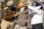 印度新冠确诊病例超千万 警察上街为民众戴口罩