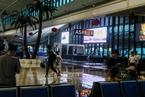 武汉突降暴雨 火车站候车大厅屋顶出现漏水