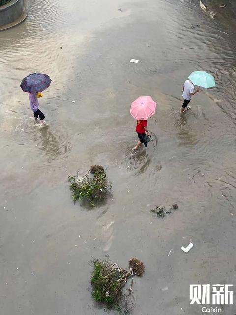 7月18日18时至21日0时,郑州出现罕见持续强降水天气过程,全市普降大暴雨、特大暴雨,累积平均降水量449毫米。73站(占比约38%)累积降水量超过500毫米,最大新密白寨875毫米,郑州市的郑州、登封、新密、荥阳、巩义五站日降水量超过有气象记录以来极值,20日16-17时郑州本站降雨量达201.9毫米,超过我国陆地小时降雨量极值。市内交通瘫痪,学校、医院等场所被积水阻隔,场所内居民被困无法出行,部分医院出现停电,影响病人救治情况。河南省水利厅表示,从7月21日02时30分起,将水旱灾害防御Ⅱ级应急响应提升为I级应急响应。图/财新记者陈亮