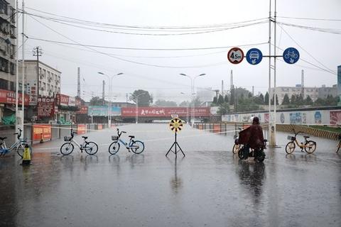 7月17日8时到22日6时,新乡出现特大暴雨,最大降水量907毫米。全市175个站点中700毫米以上的有14个站点,600-700毫米有26个站点,500-600毫米有26个站点,400-500毫米有37个站点。最大1小时雨强为149.9毫米,最大两小时雨强为267.4毫米,最强降水时段出现在20日5时到22日5时,降水量812毫米。最大降水总量、最大小时雨强、最大两小时雨强、最强时段降水总量均与郑州相当。图为2021年7月21日,河南新乡,受强降雨影响,人民路地下涵洞已完全被水淹没。图/人民视觉