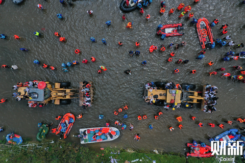 7月26日,航拍卫辉,双向六车道的比干大道上救生艇密布,来回转运群众。据新华社记者7月26日从河南省新乡市防汛抗旱指挥部获悉,截至25日11时,暴雨造成新乡市辉县市、卫辉市、凤泉区、牧野区等132个乡镇受灾,受灾人口200余万人。由于豫北多座水库泄洪,加之卫河、共渠排水不畅,尽管新乡24日已经放晴,但截至25日,辉县市、牧野区、凤泉区、卫辉市部分区域洪水仍未退去,一些地方水位不降反升。图/财新记者 陈亮