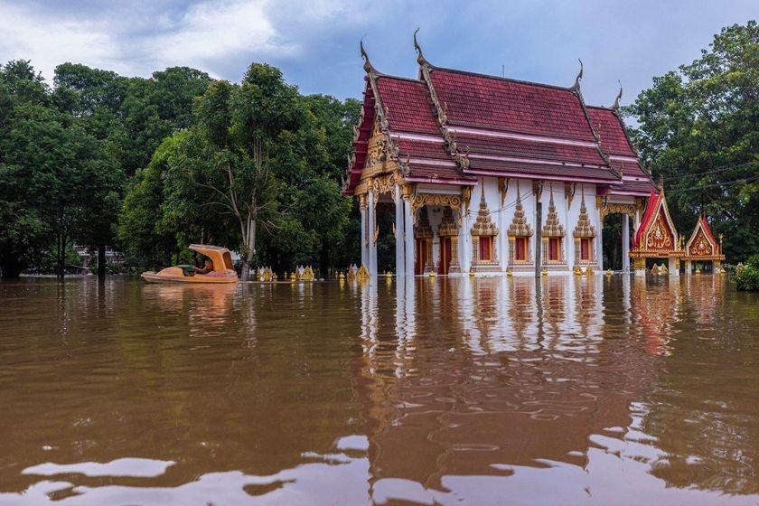 泰国暴雨引发洪水 民众水中撤离